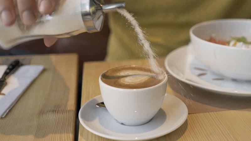 آیا اضافه کردن شکر به قهوه مفید است؟